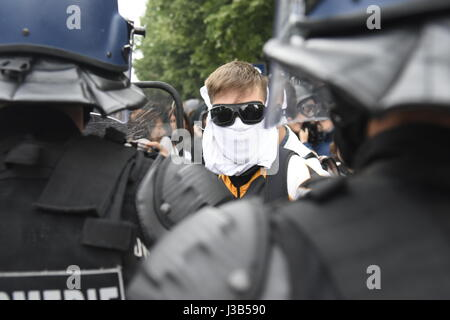 Paris, France. 05th May, 2017. Student demonstration in Bastille at Paris. Manifestation of the students at Bastille. The demonstrators are blocked and surrounded by the police who take them back to the subway Credit: LE PICTORIUM/Alamy Live News Stock Photo