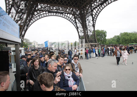Paris, France. 05th May, 2017. Tourists in line after security check to enter under the Eiffel Tower on May 5, 2017 as part of the 'Sentinelle' security plan in Paris, France. ? Credit: VWPics/Alamy Live News Stock Photo