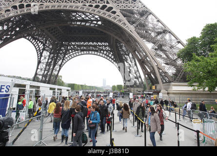 Paris, France. 05th May, 2017. Tourists in line before of the security check to enter under the Eiffel Tower on May 5, 2017 as part of the 'Sentinelle' security plan in Paris, France. Credit: VWPics/Alamy Live News Stock Photo