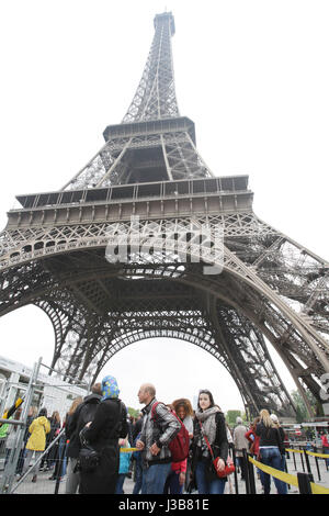 Paris, France. 05th May, 2017. Tourists in line for security check before entering under the Eiffel Tower on May 5, 2017 as part of the 'Sentinelle' security plan in Paris, France. Credit: VWPics/Alamy Live News Stock Photo