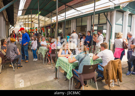 Bolhao Market Porto Portugal, visitors to the famous Mercado do Bolhao in Porto take lunch in one of the many al - Stock Photo