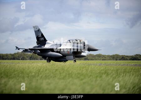A USAF F-16 Fighting Falcon fighter aircraft lands at the Royal Australian Air Force Base Williamtown during Exercise - Stock Photo