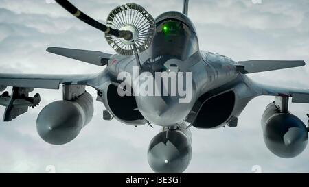 A French Air Force Dassault Rafale fighter aircraft refuels from a USAF KC-10 Extender aerial refueling tanker aircraft - Stock Photo