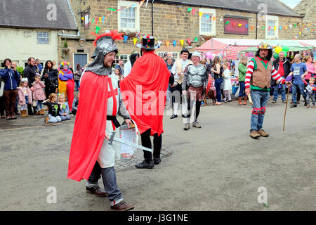 Ashover, Derbyshire, UK. May 01, 2017.  Entertainers enact out plays for the entertainment of spectators at the - Stock Photo