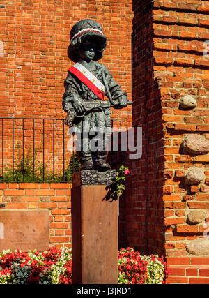 Poland, Masovian Voivodeship, Warsaw, Old Town, Little Insurrectionist sculpture by Jerzy Jarnuszkiewicz - Stock Photo
