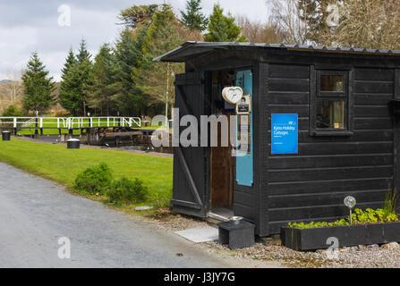 Kytra lock-keepers hut, Caledonian Canal, Highlands, Scotland, UK. - Stock Photo
