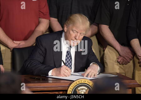 U.S. President Donald Trump signs an Executive Order repealing the Clean Power Plan during a ceremony at the Environmental - Stock Photo