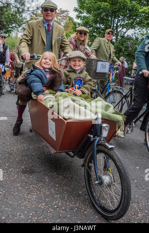 London, UK. 6th May, 2017. The Tweed Run - a group bicycle ride through the centre of London, in which the cyclists - Stock Photo