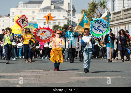 Brighton, England, Uk. 06th May, 2017. Brighton, East Sussex. 6th May 2017. Brighton's May Festival 2017 opens with bright sunshine and the annual traditional Children's Parade, a colourful and musical procession that's one of the biggest of its kind with over 5000 participants from over 80 schools. This year the theme is 'Poetry In Motion' to coincide with 2017's guest direction of the festival by poet and spoken word artist Kate Tempest. Credit: Francesca Moore/Alamy Live News