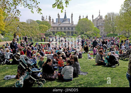 Brighton, UK. 6th May, 2017. Pavilion Gardens is packed as visitors enjoy the warm sunny weather in Brighton with - Stock Photo