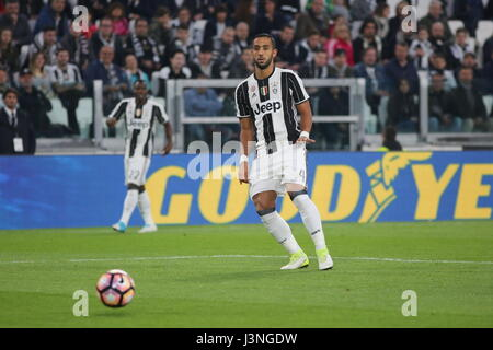 Turin, Italy. 6th May, 2017. Mehdi Benatia (Juventus FC) in action during the Serie A football match between Juventus - Stock Photo