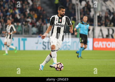 Turin, Italy. 6th May, 2017. Tomas Rincon (Juventus FC) in action during the Serie A football match between Juventus - Stock Photo