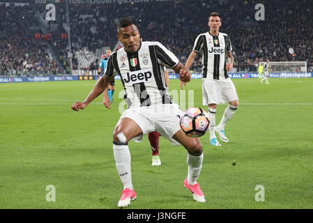 Turin, Italy. 6th May, 2017. Alex Sandro  (Juventus FC) in action during the Serie A football match between Juventus - Stock Photo