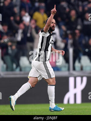 Turin, Italy. 6th May, 2017. Gonzalo Higuain of Juventus celebrates scoring during the Italian Serie A soccer league - Stock Photo