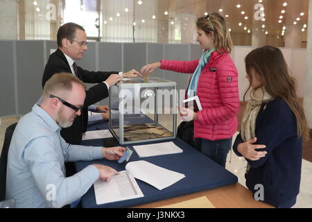 Moscow, Russia. 7th May, 2017. French citizens seen during the 2nd round of the 2017 French presidential election - Stock Photo