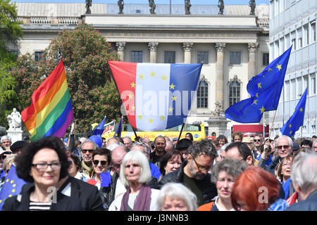 Berlin, Germany. 7th May, 2017. Supporters of the pro-European movement 'Pulse of Europe' demonstrate with flags - Stock Photo