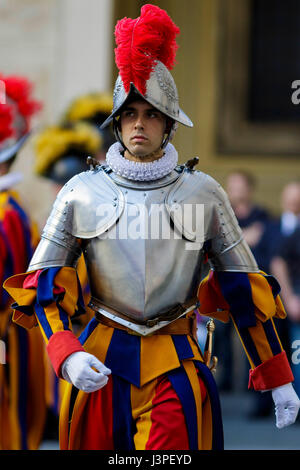 Vatican City, Vatican. 6th May, 2017. Vatican Swiss Guards attend a swearing in ceremony for the new 40 Swiss Guards - Stock Photo
