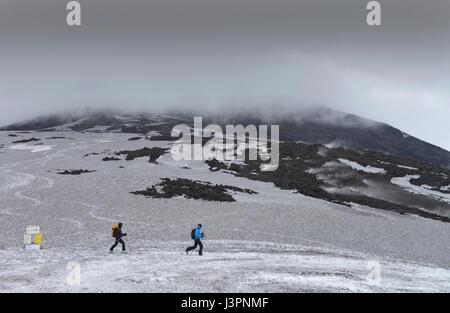 Skifahrer, Torre del Filosofo, Hauptkrater, Etna, Sizilien, Italien - Stock Photo