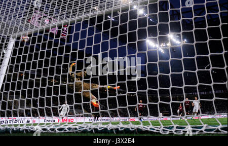 Milan, Italy. 7th May, 2017. Edin Dzeko(1st R) of Roma scores during the Italian Serie A soccer match between AC - Stock Photo