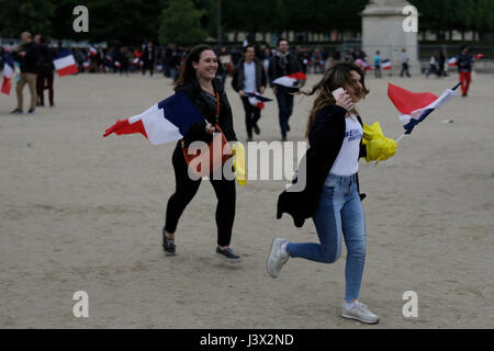 Paris, France. 07th May, 2017. Two Macron supporters rush towards the election party. Supporters of Emmanuel Macron, - Stock Photo