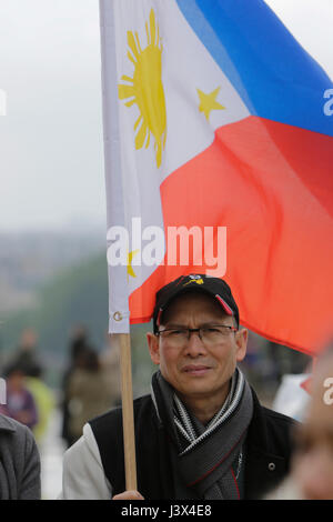 Paris, France. 8th May 2017. A protester holds a Filipino flag. Filipino ex-pats living in Paris protest in front - Stock Photo