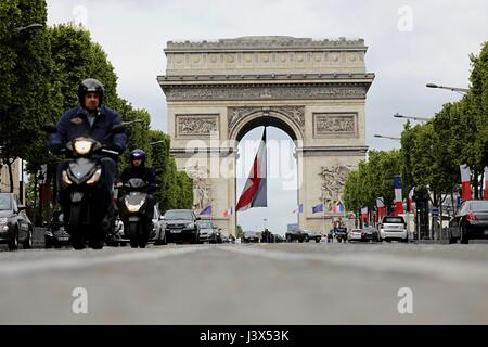 Paris, France. 8th May, 2017. Traffic in front of the Arc de Triomphe in Paris, France, 8 May 2017. Photo: Michael - Stock Photo