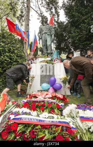 Paris, France. 8th May, 2017. A monument to the Russian members of the French Resistance at Pere-Lachaise Cemetery. - Stock Photo