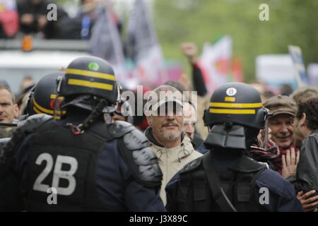 Paris, France. 8th May, 2017. Riot police officers block protesters. Thousands of left wing protesters marched through - Stock Photo