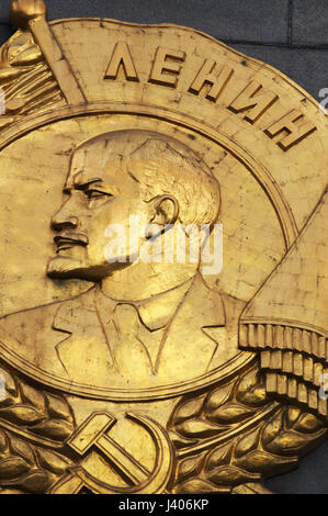 Moscow: golden plaque on the Hero City Obelisk, 40-meter monument devoted to Lenin (1870-1924) and to the men and - Stock Photo