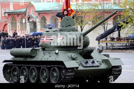 Moscow, Russia. 09th May, 2017. Russian soldiers in the legendary WWII T-34 tank during the annual Victory Day military - Stock Photo