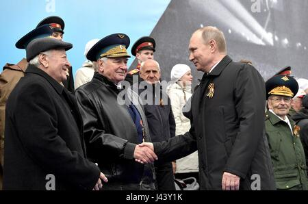 Moscow, Russia. 09th May, 2017. Russian President Vladimir Putin, right, greets veterans during the annual Victory - Stock Photo