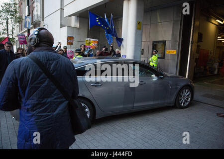 London, UK. 9th May, 2017. Prime Minister Theresa May and her husband Philip arrive by car at the BBC's New Broadcasting - Stock Photo