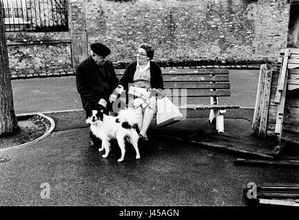 AJAXNETPHOTO. 1984. LOUVECIENNES, FRANCE. - MEETING PLACE - IN THE MARKET SQUARE OF THE VILLAGE. PHOTO:JONATHAN - Stock Photo