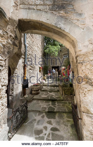 Stone arch over pathway to small shop in the hilltop town of Les Baux-de-Provence, Arles, Provence-Alpes-Côte d'Azur, - Stock Photo