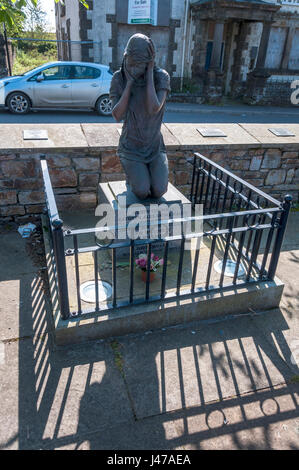 Memorial statue. The Claudy bombing occurred on 31 July 1972, when three car bombs exploded mid-morning on the Main - Stock Photo