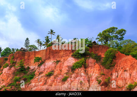 Fishing huts on the cliff. Varkala, Kerala state, South India. - Stock Photo