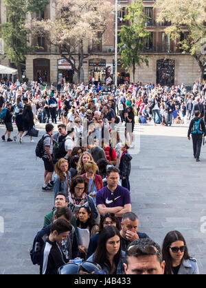 Long queue of tourists waiting to enter the Barcelona Cathedral. - Stock Photo