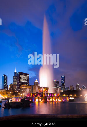 The spectacular Buckingham Fountain at night, in summer, in Grant Park in Chicago, Illinois. - Stock Photo
