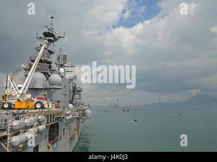 161002-N-YG104-001 HONG KONG (Oct. 02, 2016) The amphibious assault ship USS Bonhomme Richard (LHD 6) departs the - Stock Photo