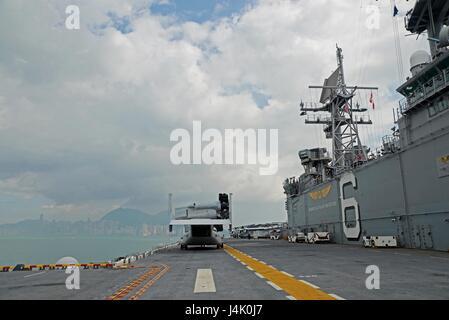 161002-N-YG104-004 HONG KONG (Oct. 02, 2016) The amphibious assault ship USS Bonhomme Richard (LHD 6) departs the - Stock Photo