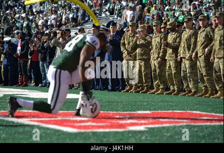 NEW YORK (Nov. 13, 2016) – Service members watch from the sidelines as New York Jets players complete their pregame - Stock Photo