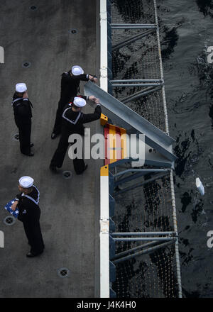 170315-N-KR702-279 PACIFIC OCEAN (March 15, 2017) Sailors assigned to the aircraft carrier USS Nimitz (CVN 68) render - Stock Photo