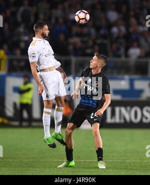Bergamo, Italy. 13th May, 2017. AC Milan's Mattia De Sciglio (L) competes with Atalanta's Andrea Conti during the - Stock Photo