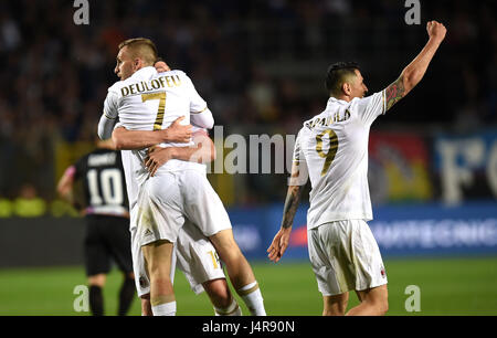Bergamo, Italy. 13th May, 2017. AC Milan's Gerard Deulofeu (L Front) celebrates after he scores during the Italian - Stock Photo
