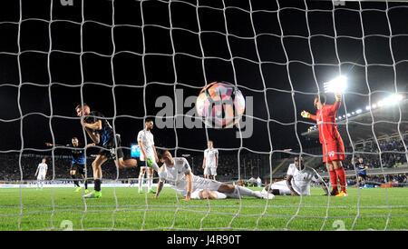 Bergamo, Italy. 13th May, 2017. Atalanta's Andrea Conti (L3) scores during the Italian Serie A soccer match between - Stock Photo