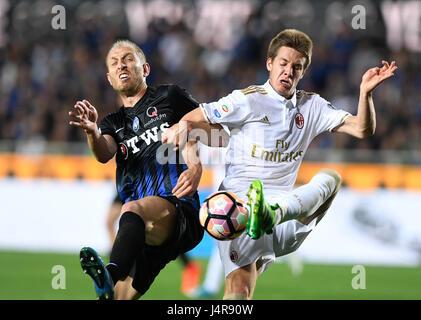 Bergamo, Italy. 13th May, 2017. Atalanta's Andrea Masielo (L) competes with AC Milan's Mario Pasalic during the - Stock Photo
