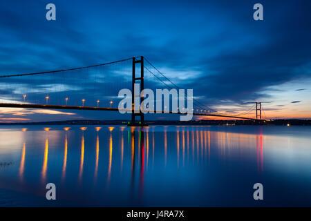 UK Weather: Barton-upon-Humber, North Lincolnshire, UK. 13th May 2017. The Humber Bridge at dusk. Credit: LEE BEEL/Alamy - Stock Photo