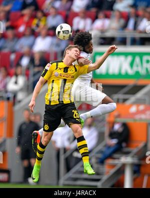 13.05.2017, Fussball 1.Bundesliga 2016/2017, 33.Spieltag, FC Augsburg - Borussia Dortmund, in der WWK-Arena Augsburg. v.li: Lukasz Piszcek (Dortmund) gegen Caiuby (FC Augsburg). Photo: Cronos/MIS