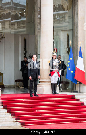 Paris, France. 14th May, 2017. Francois Hollande welcomes Emmanuel Macron. Emmanuel Macron inauguration as france's - Stock Photo