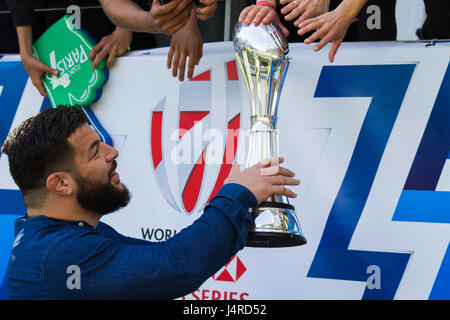 Paris, France. 14th May 2017. Rabah Slimani letting fans touch the Challenge Cup as the Stade Francais Paris players - Stock Photo